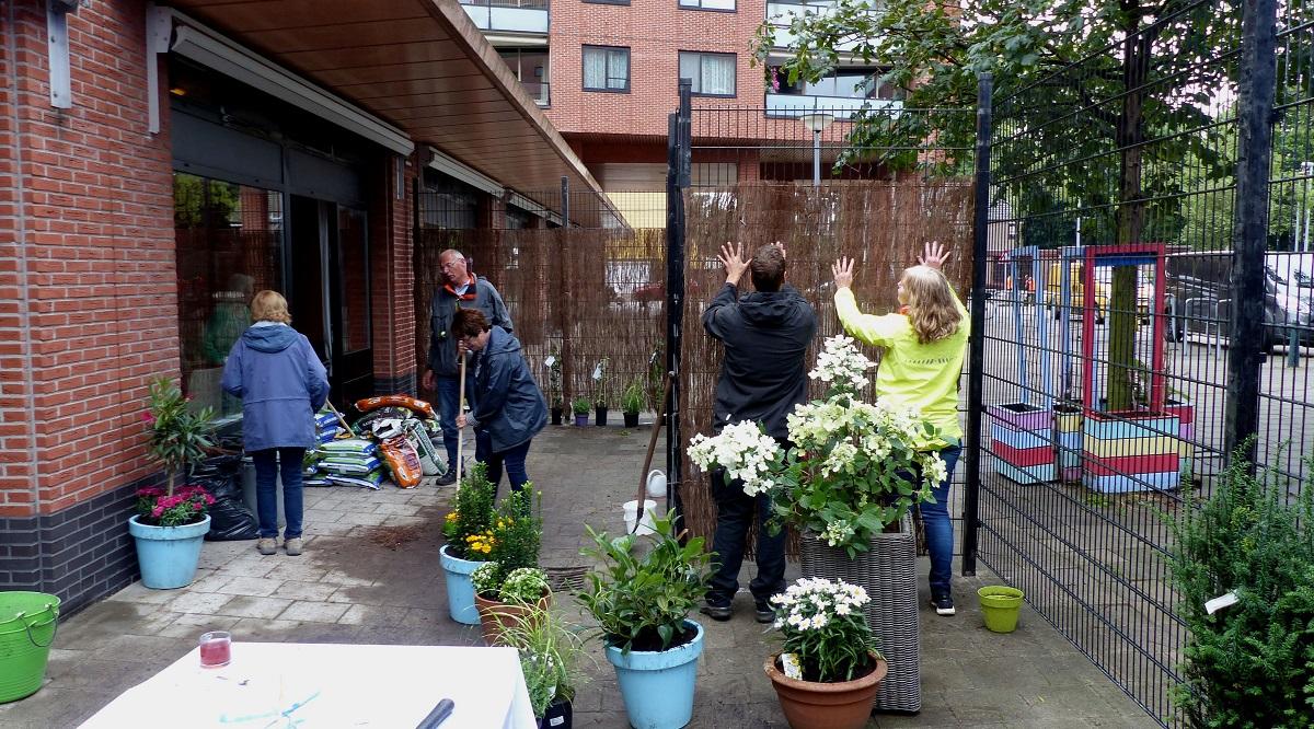 Bewoners Humanitas Hoogvliet dolblij met eigen tuintje