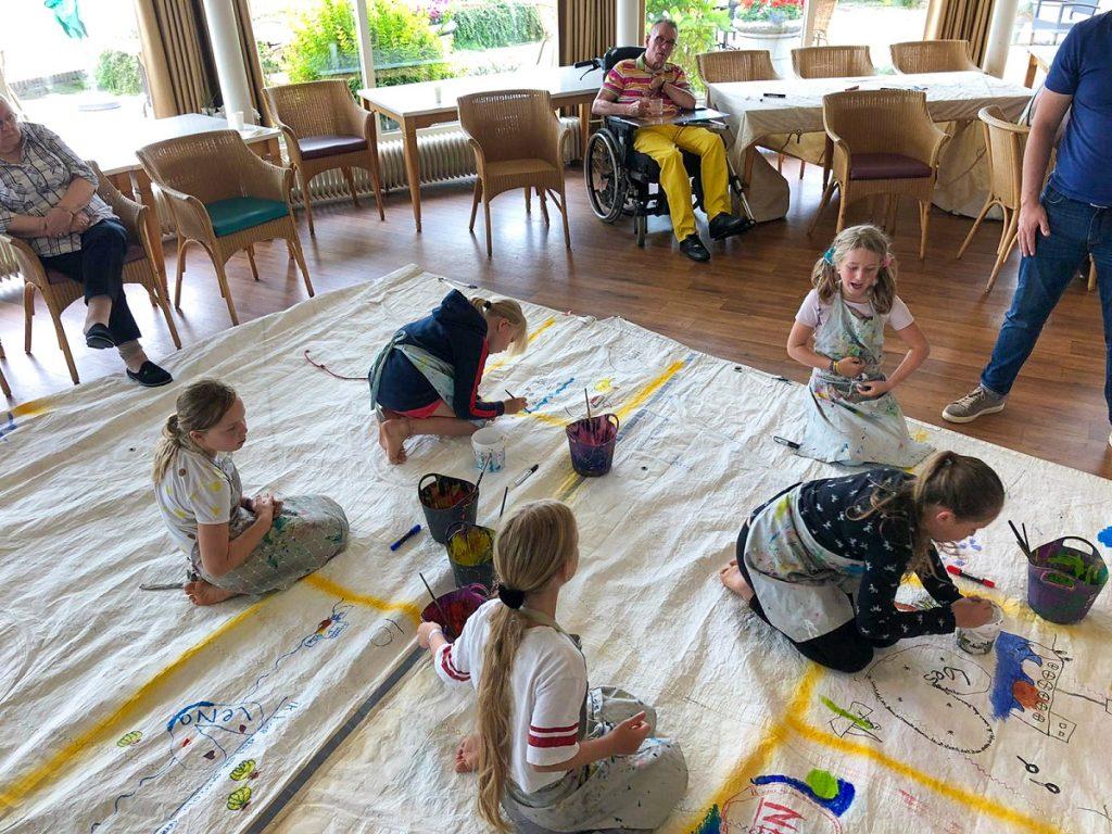 Ouderen vertellen, kinderen schilderen